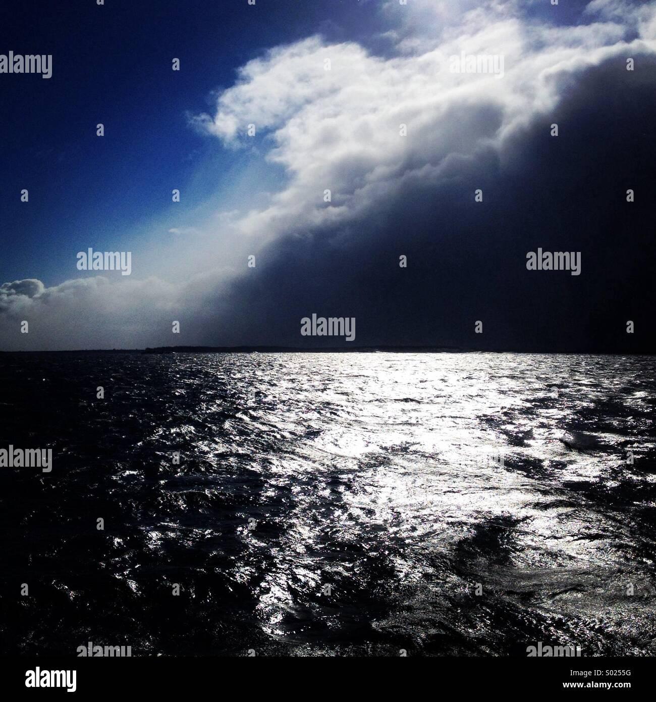 Un enorme tempesta di mare proveniente in oltre il Mar Baltico al largo della costa della Finlandia Immagini Stock
