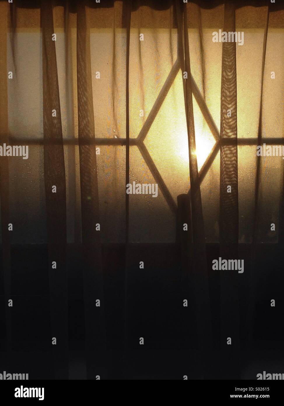 Sole di mattina attraverso la finestra della camera Immagini Stock