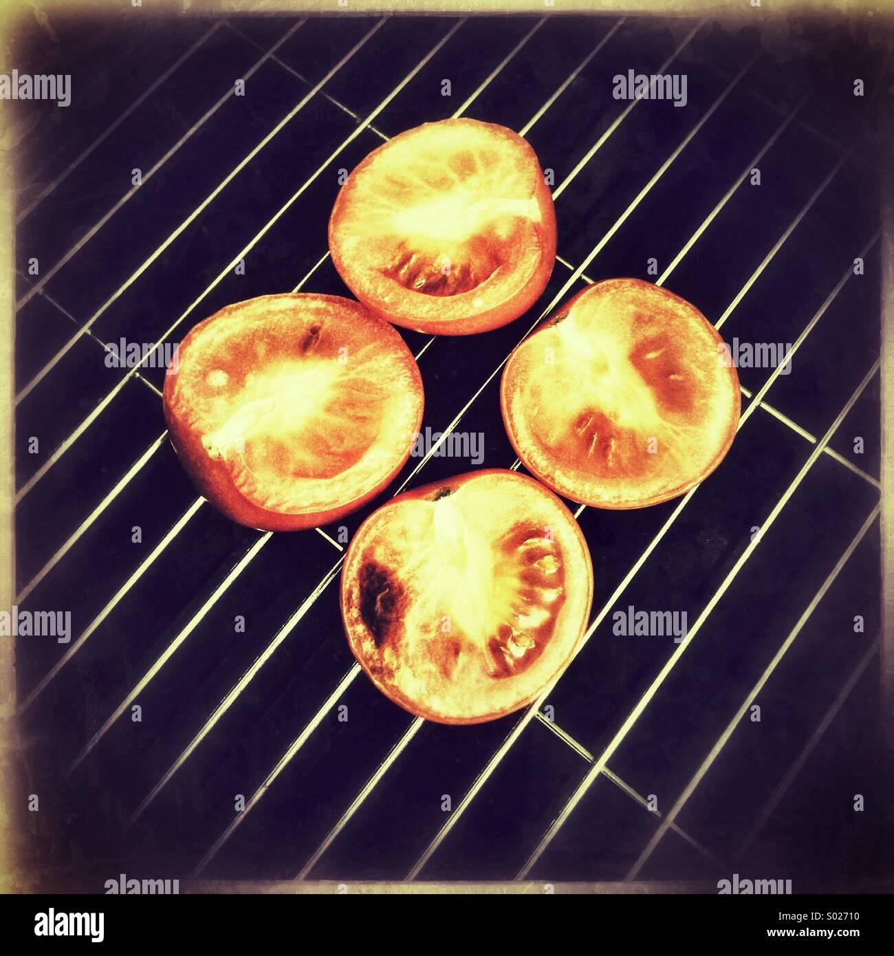 Pomodori in padella per grigliare Foto Stock