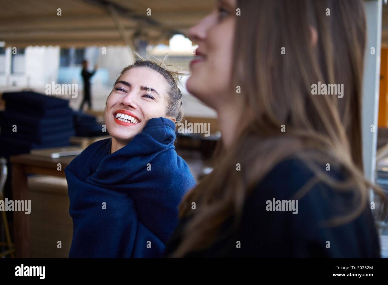 Due belle donne godetevi il momento Foto Stock