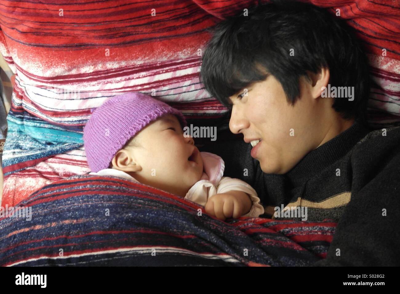Asian padre e figlio,6 mesi baby Foto Stock