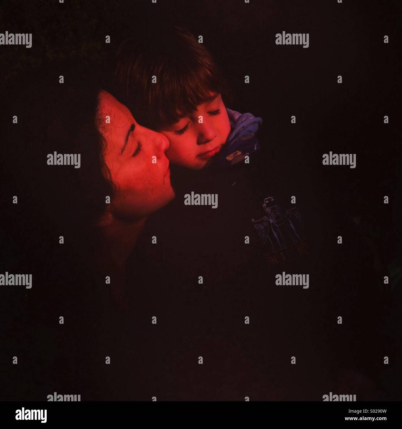 Madre e figlio in un abbraccio Immagini Stock