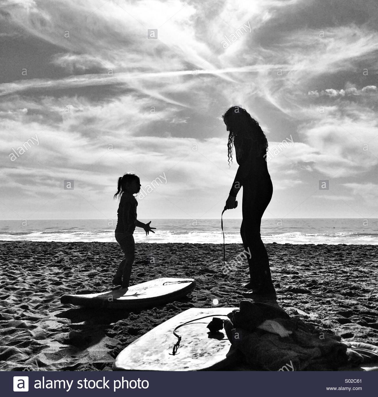 Due ragazze in spiaggia pronto a Boogie board Immagini Stock
