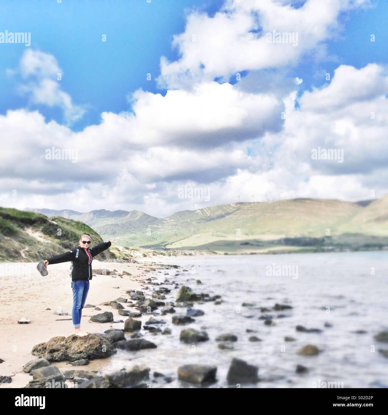 Escursionismo ragazza sulla spiaggia Foto Stock