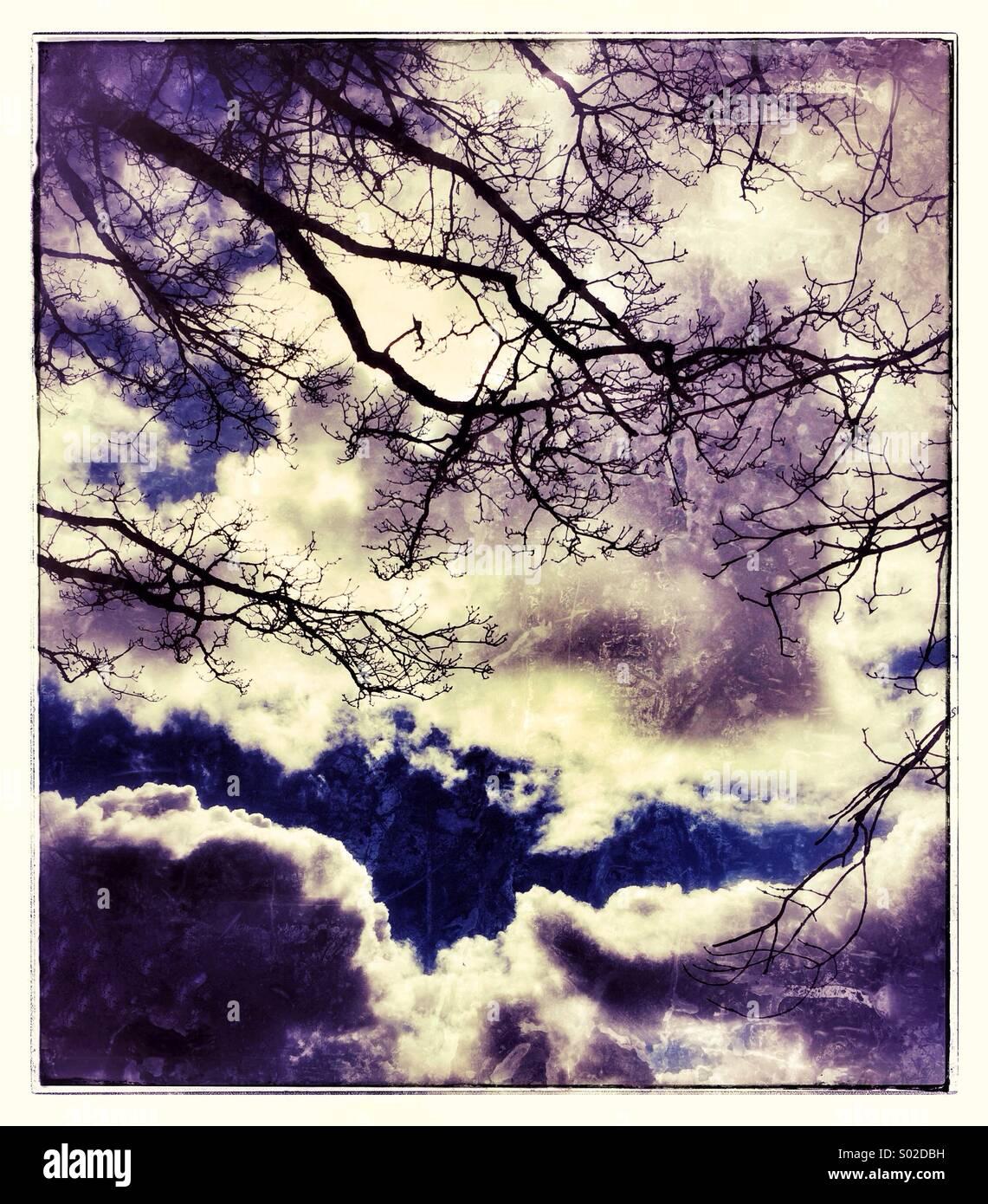Nuvole drammatico in un paesaggio Immagini Stock