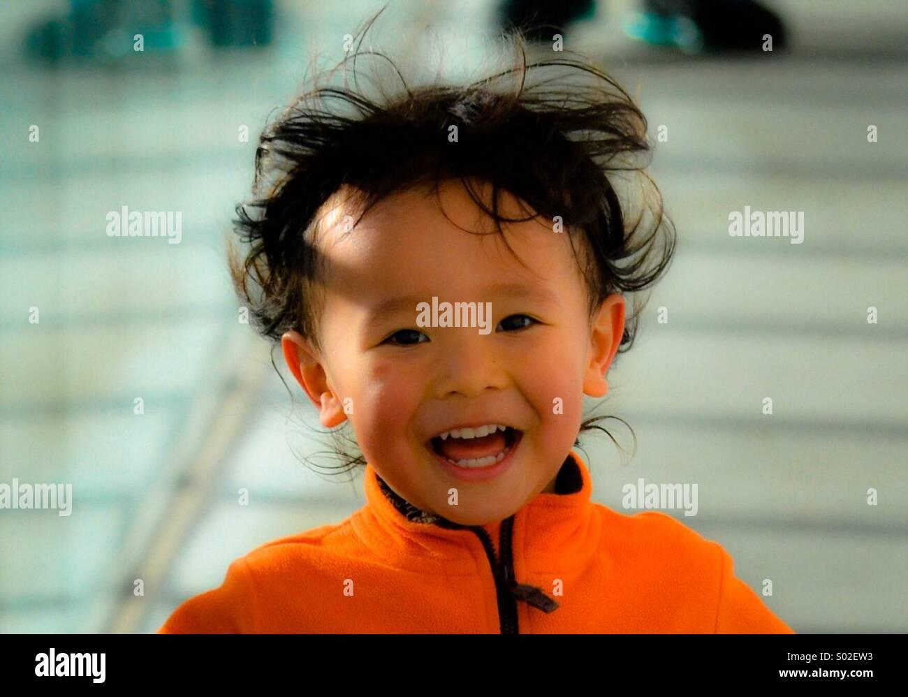 3 anno vecchio Luis S. del Giappone corre e lough wile guardando la telecamera a Rinkaekoen Park a Tokyo. Foto di: Foto Stock