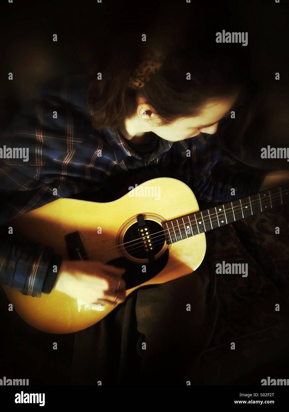 Chitarrista, giovane ragazzo giocando la chitarra acustica Foto Stock
