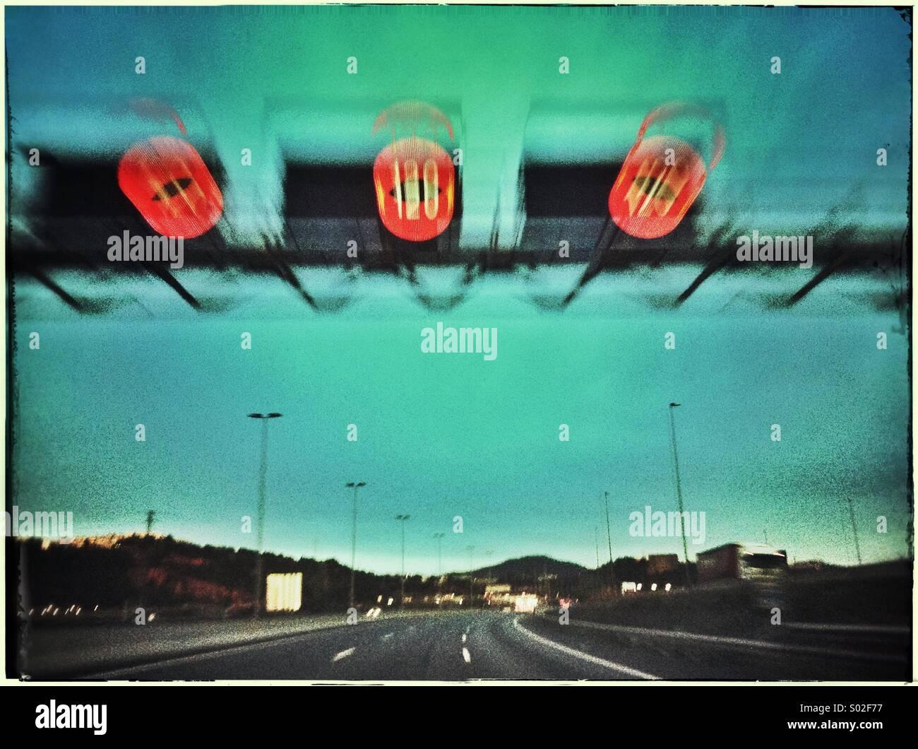 Segnale di limite di velocità in autostrada nei pressi di Barcellona, in Catalogna, Spagna Immagini Stock