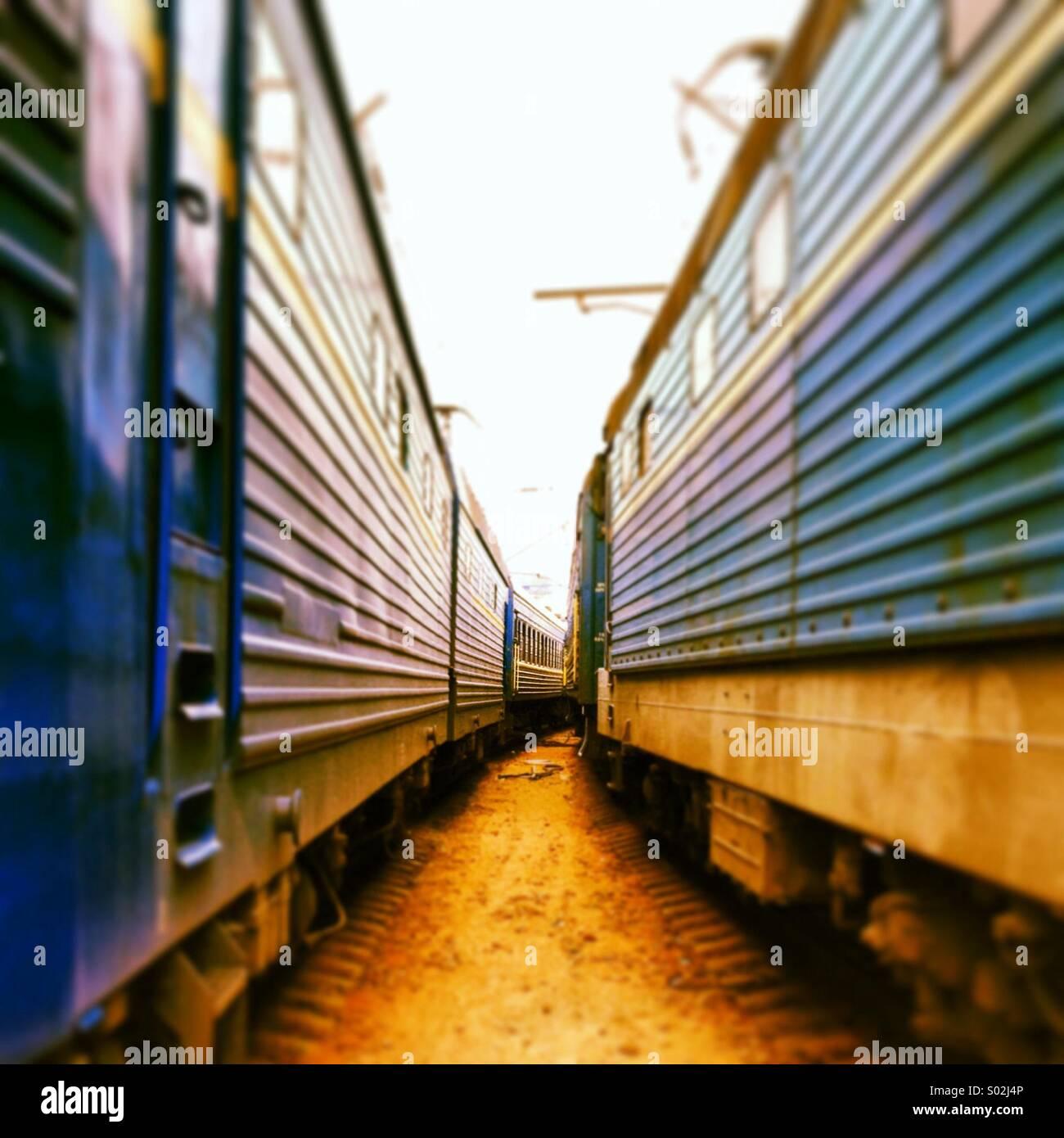 Tra due treni Immagini Stock