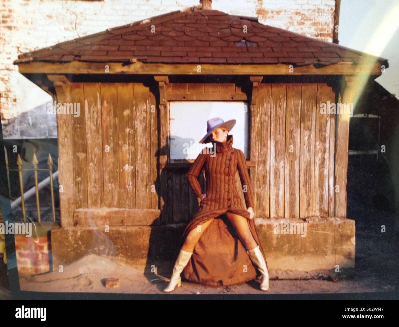 Anni sessanta originale colpo di moda giovane donna indossa Biba ricoprire gli stivali e il cappello in Cardiff Immagini Stock