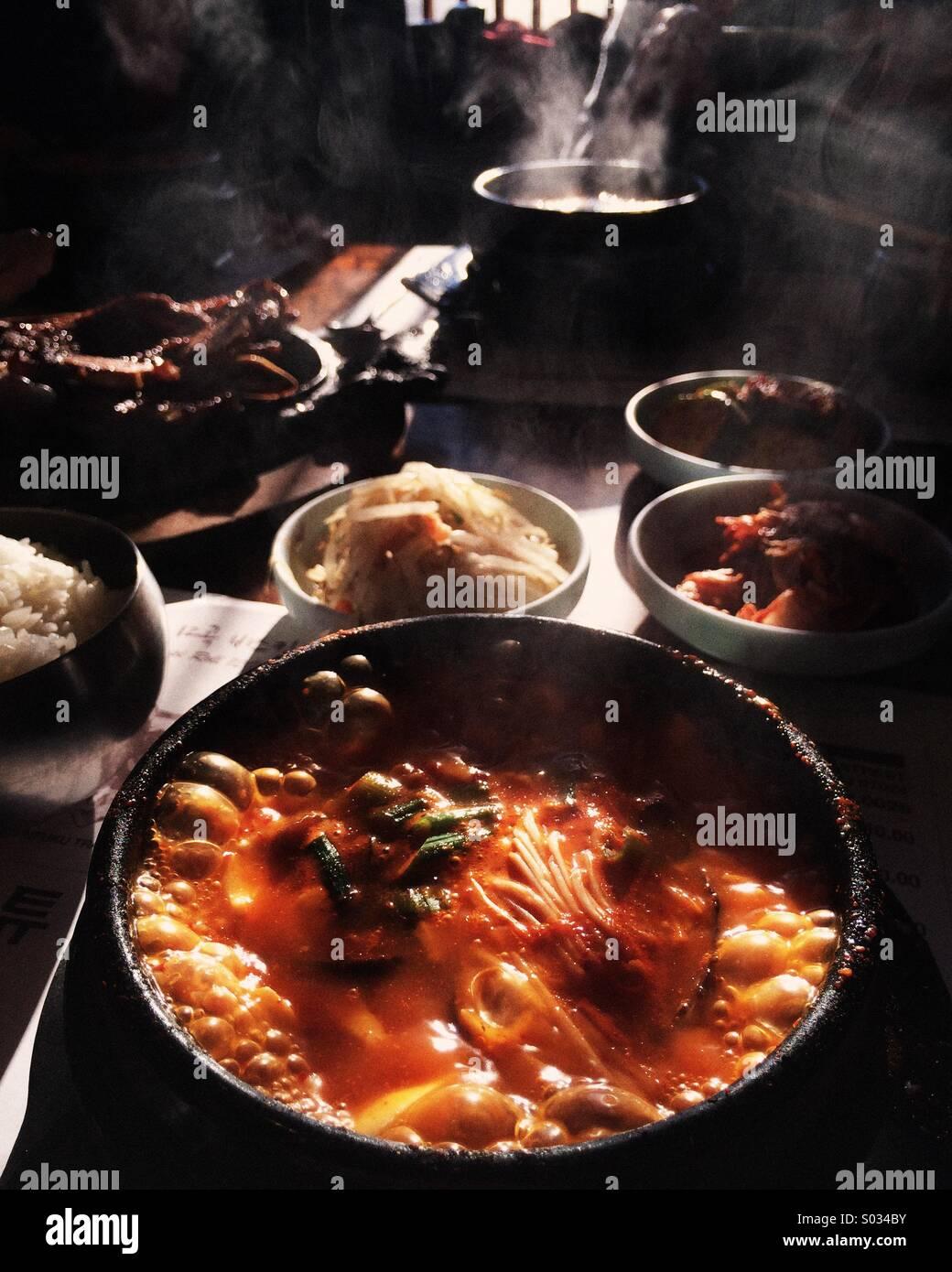 Soondubu, coreano caldo stufato di tofu, servito bollente con pachan e galbi presso un ristorante coreano nel New Immagini Stock
