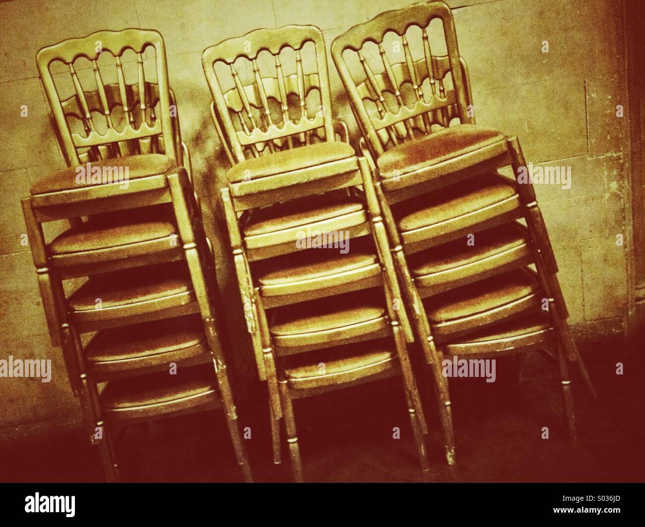 Dopo che il partito, sedie impilate Immagini Stock