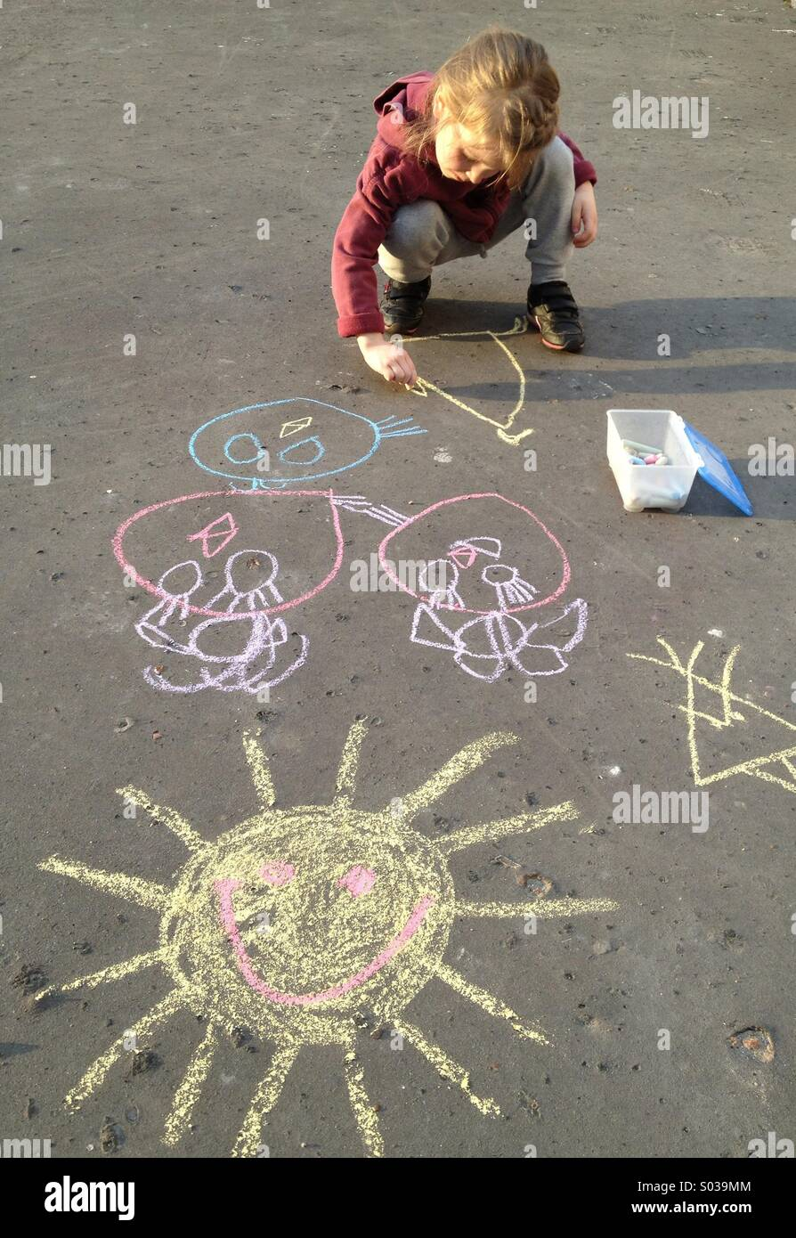 Bambina disegno con Chalk Immagini Stock
