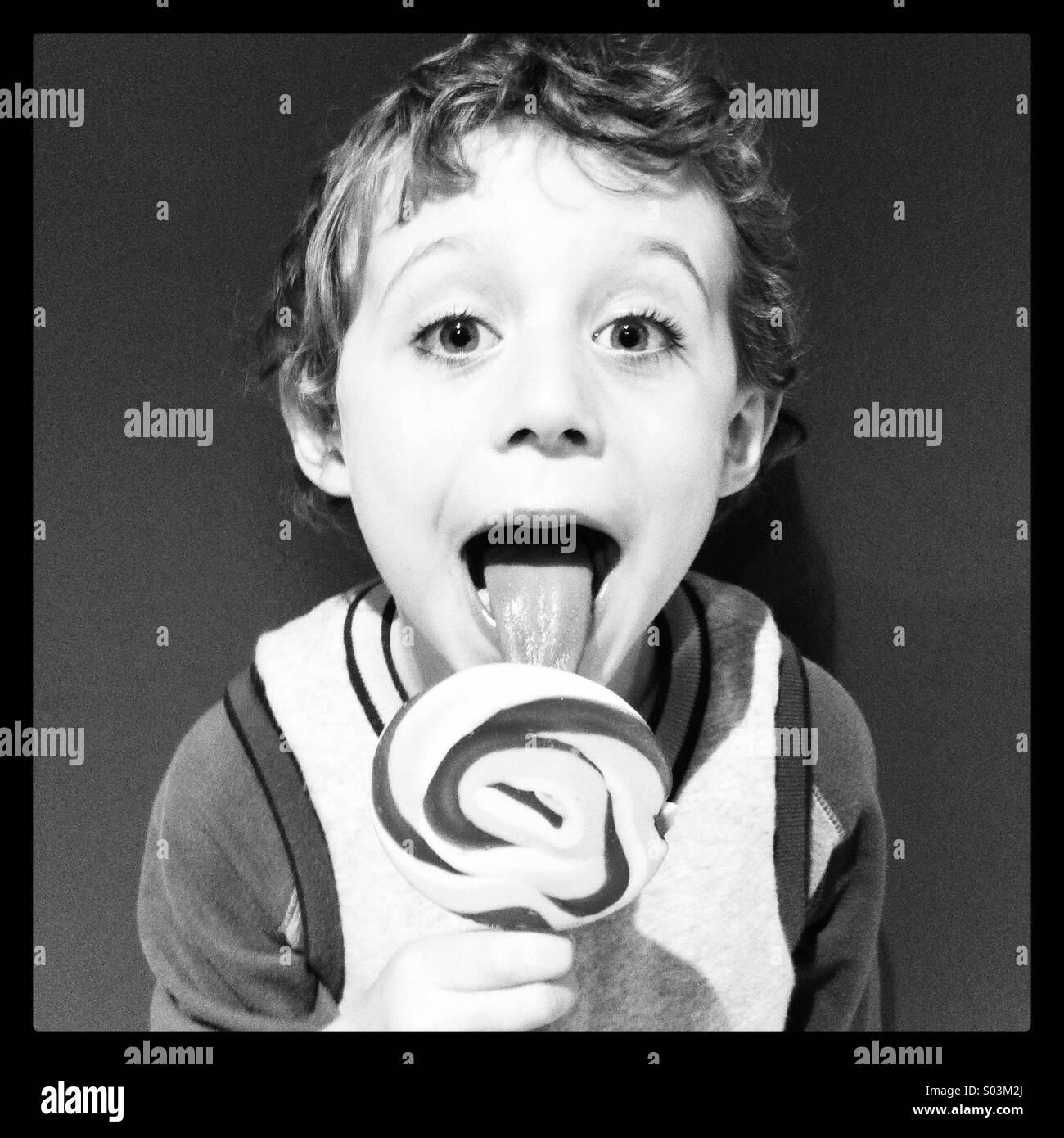 Ragazzo leccare un lecca-lecca Immagini Stock