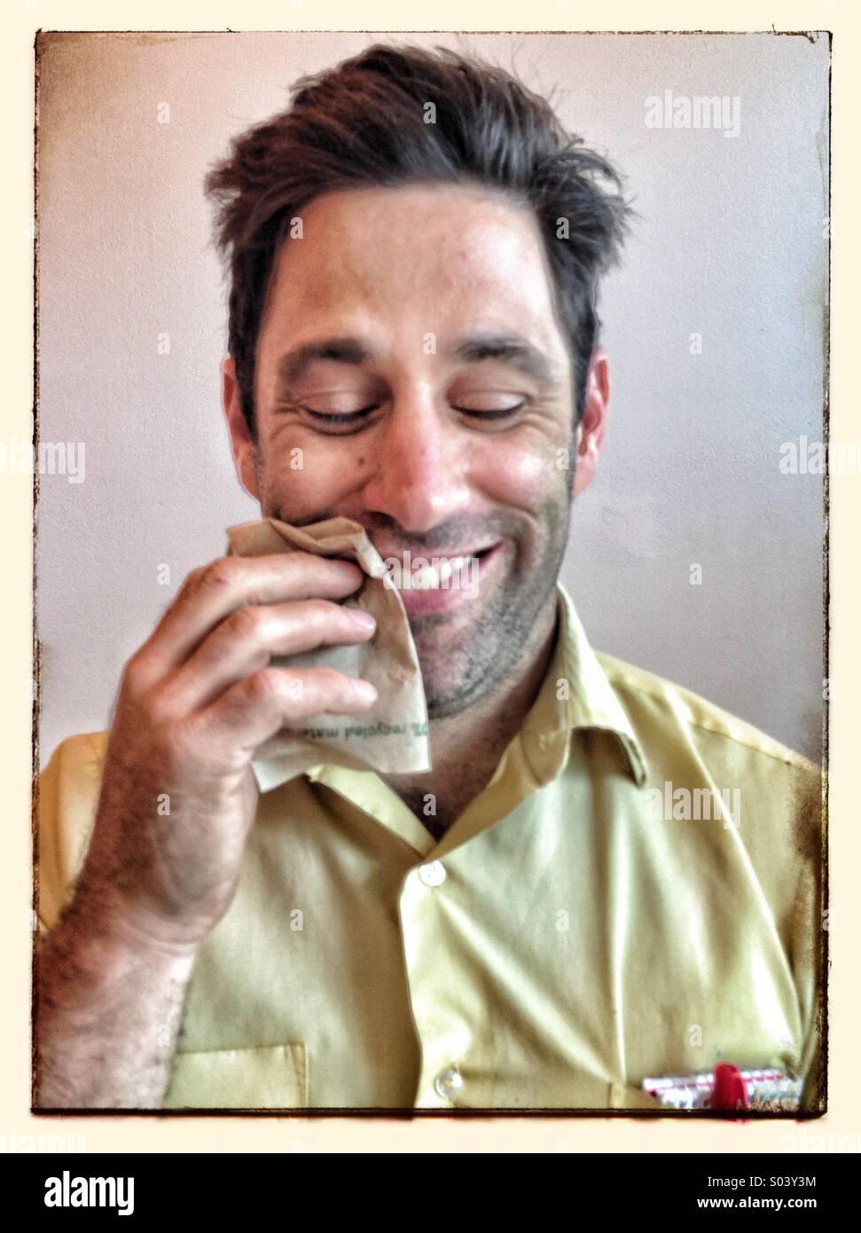 Soddisfatto guy dopo aver mangiato Immagini Stock