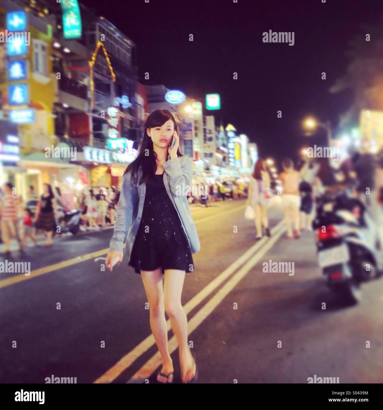 Ragazza cammina su Taiwan mercato notturno. Immagini Stock