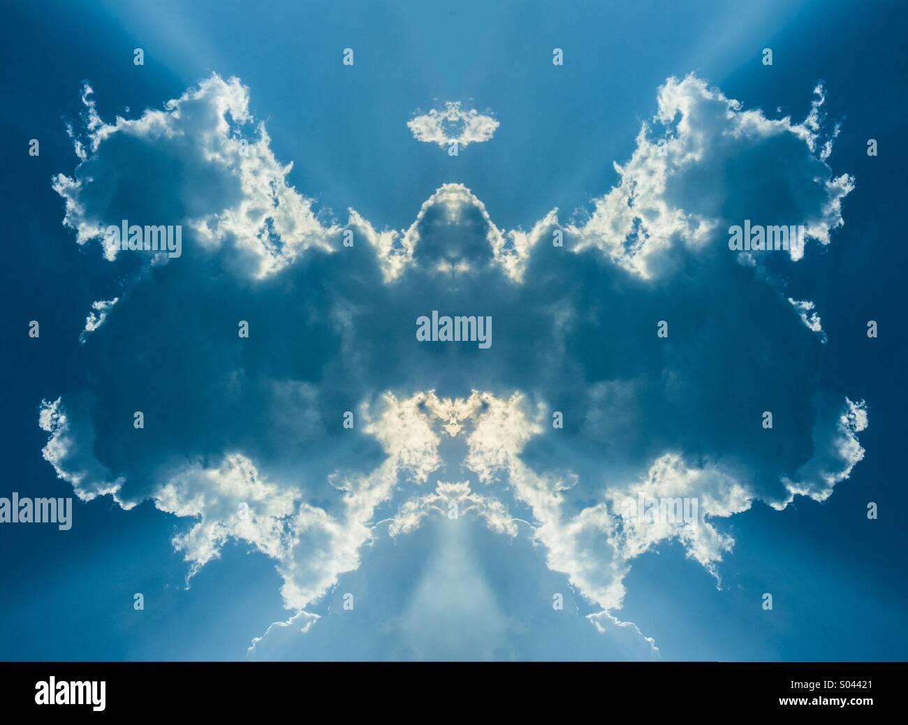 La luce del sole da nascondere la simmetria il cloud è simile a un grande ali di un uccello o un angolo Immagini Stock