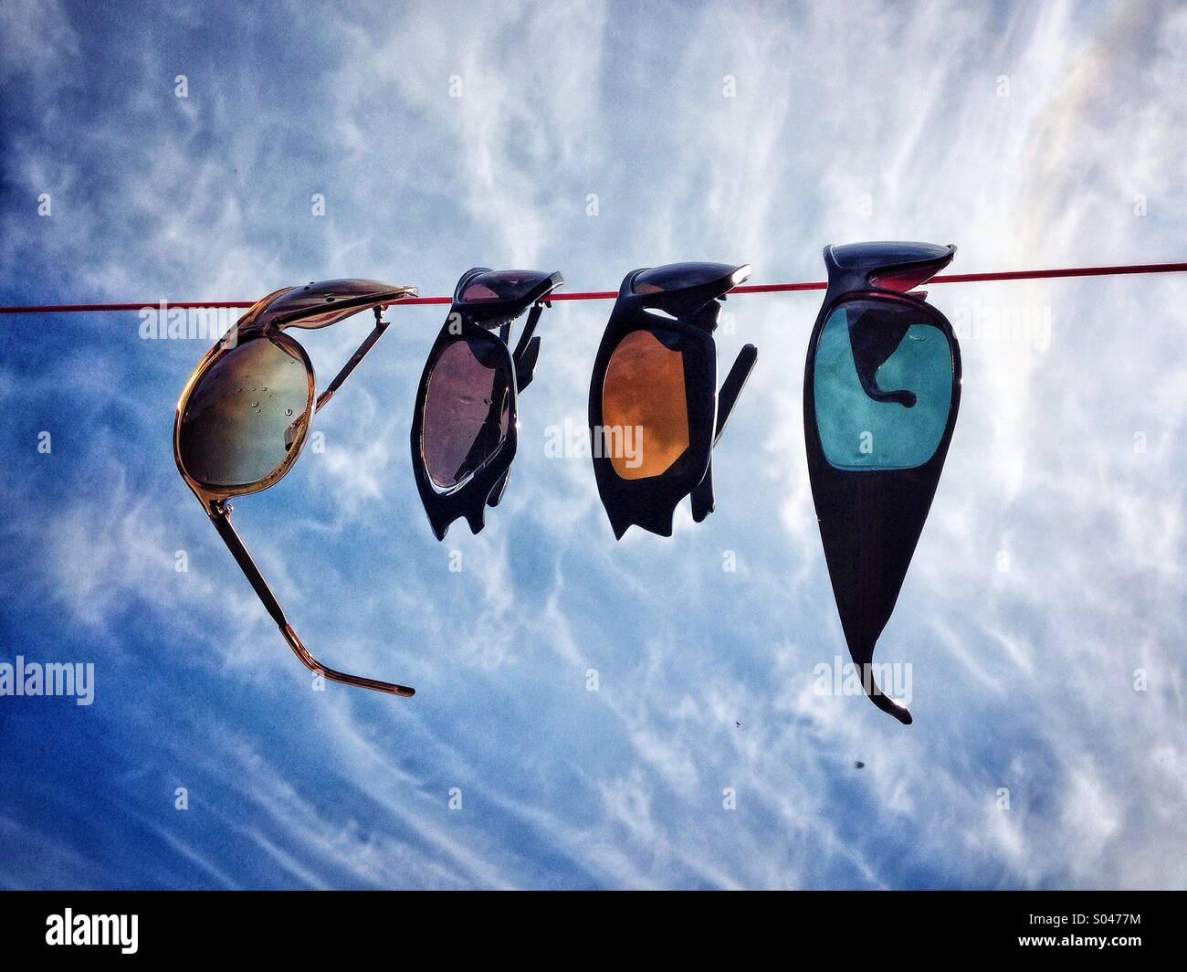 Occhiali da sole appeso su una linea di lavaggio Foto Stock