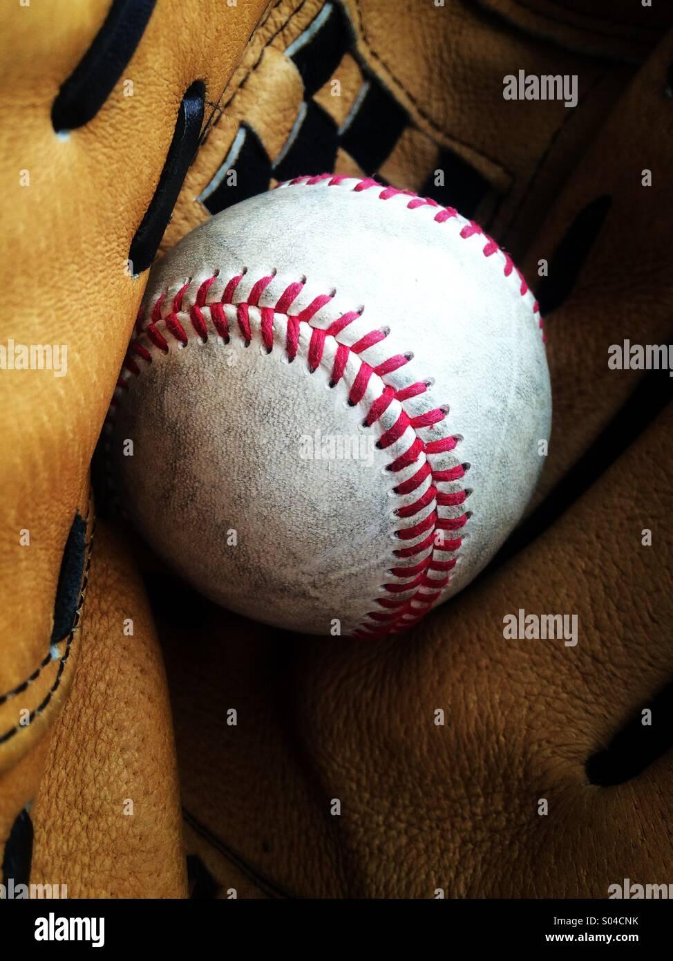 Il baseball in un guanto Immagini Stock