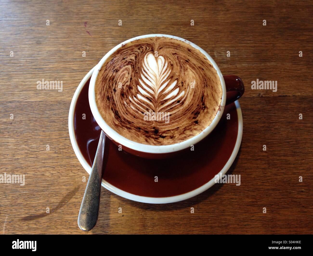Tazza di caffè un cappuccino in un caffè Foto Stock