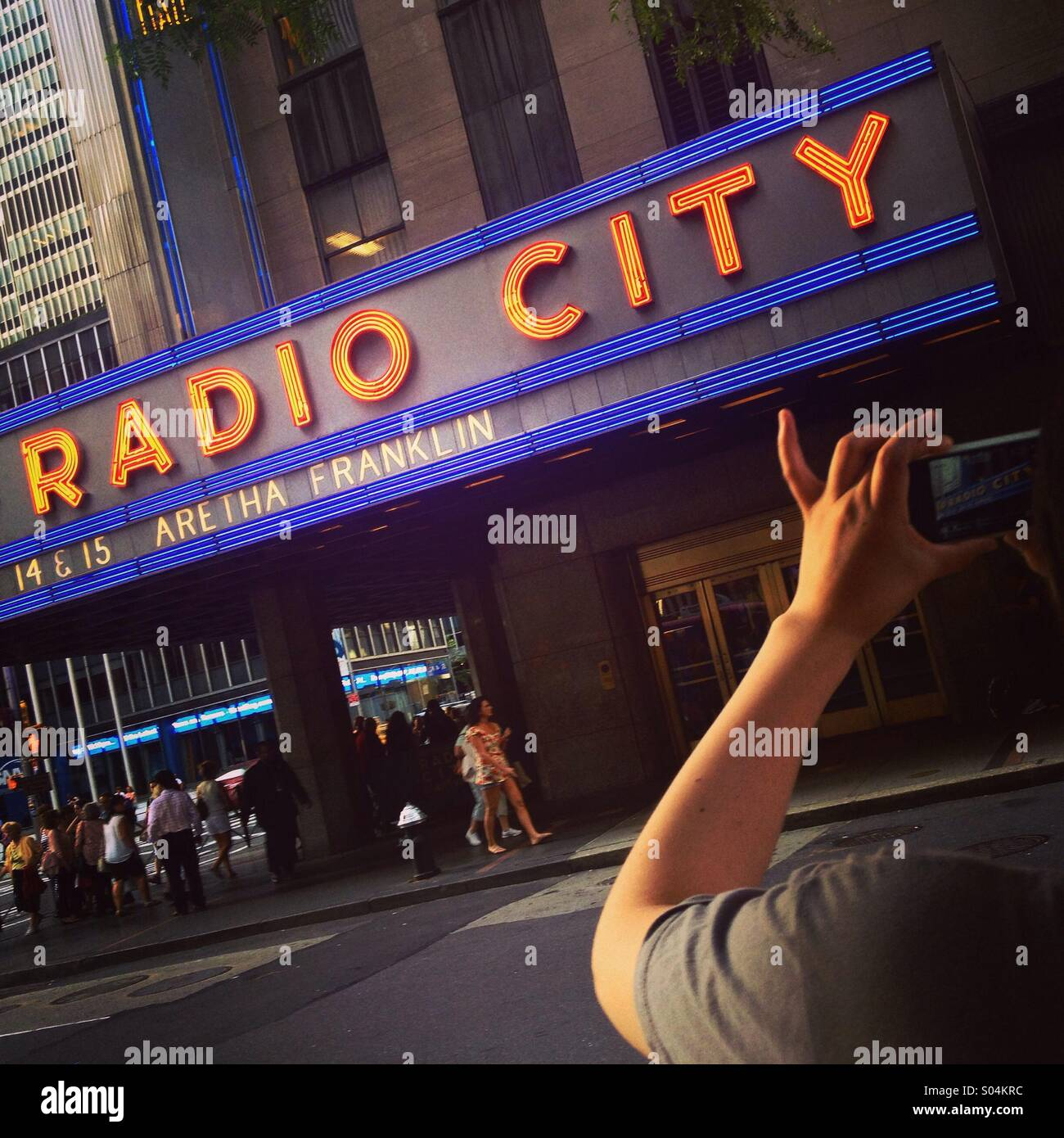 Tourist fotografare il Radio City Music Hall, Manhattan, New York, America. Foto Stock