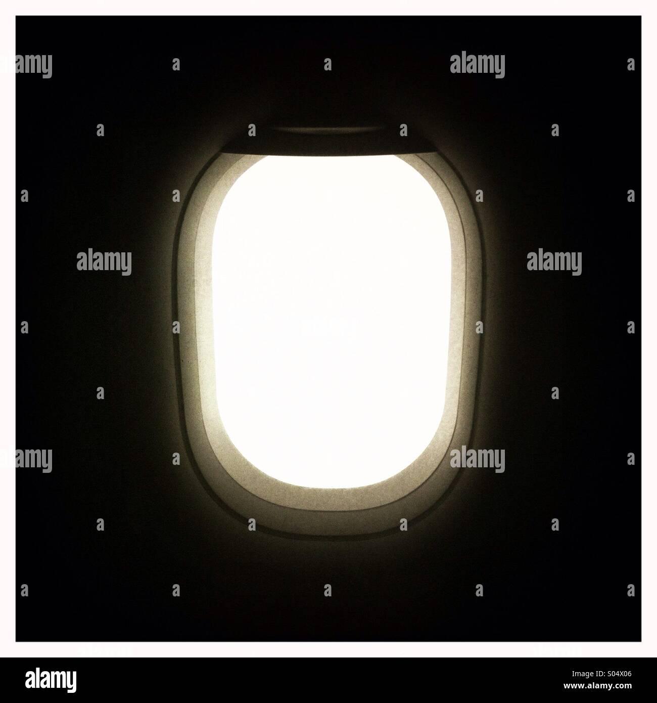La vista interna di un aereo il vetro passeggero Immagini Stock