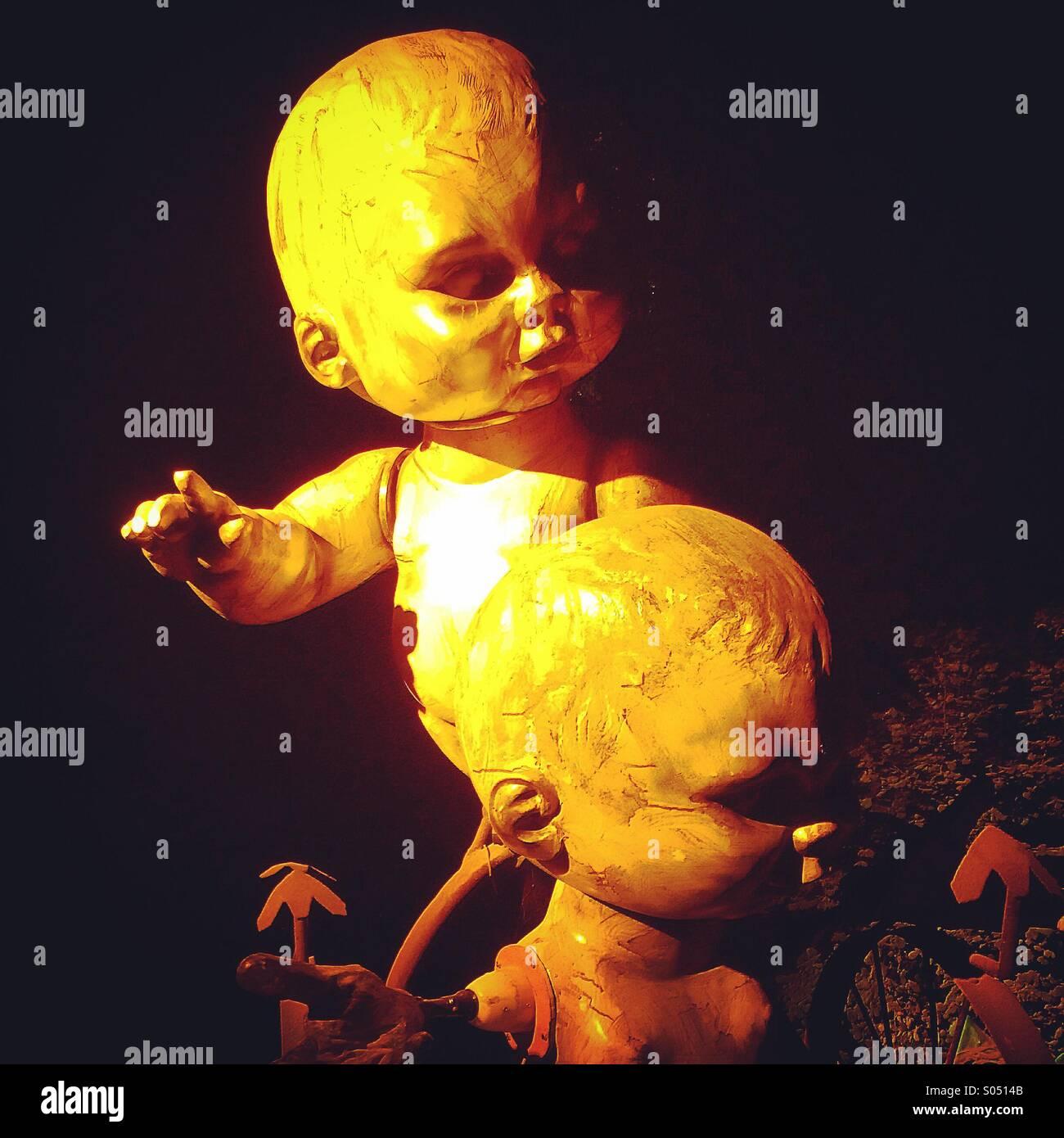 Neonati statue, Shangrila, festival di Glastonbury Immagini Stock