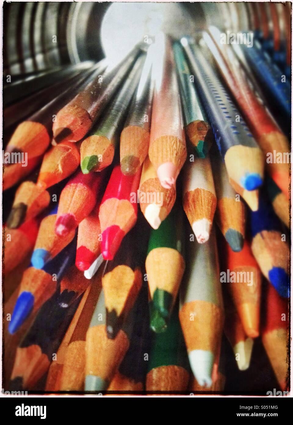 Raccolta di matite colorate in barattolo di latta sul suo lato Immagini Stock