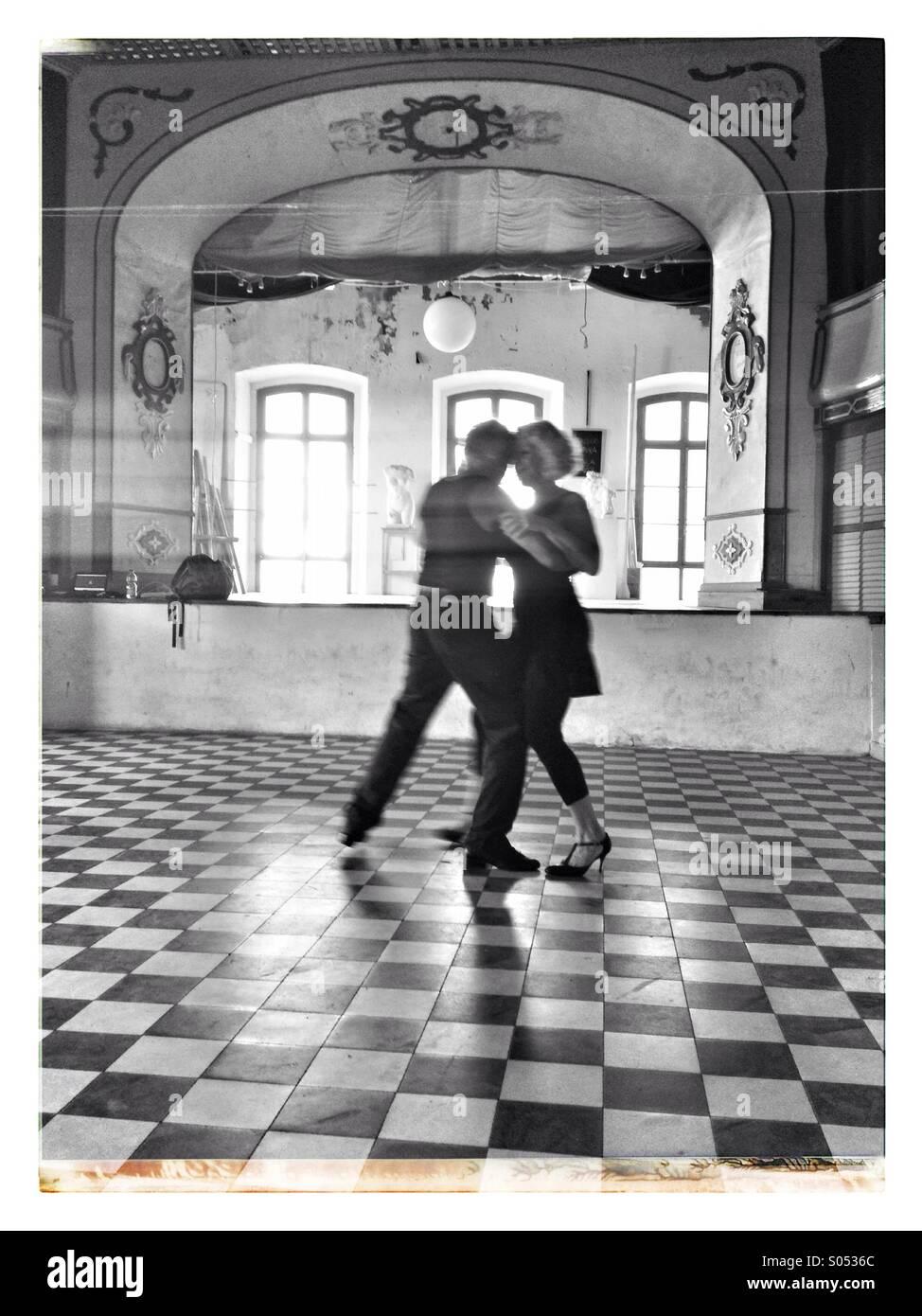 Coppia danzante un tango. Immagini Stock