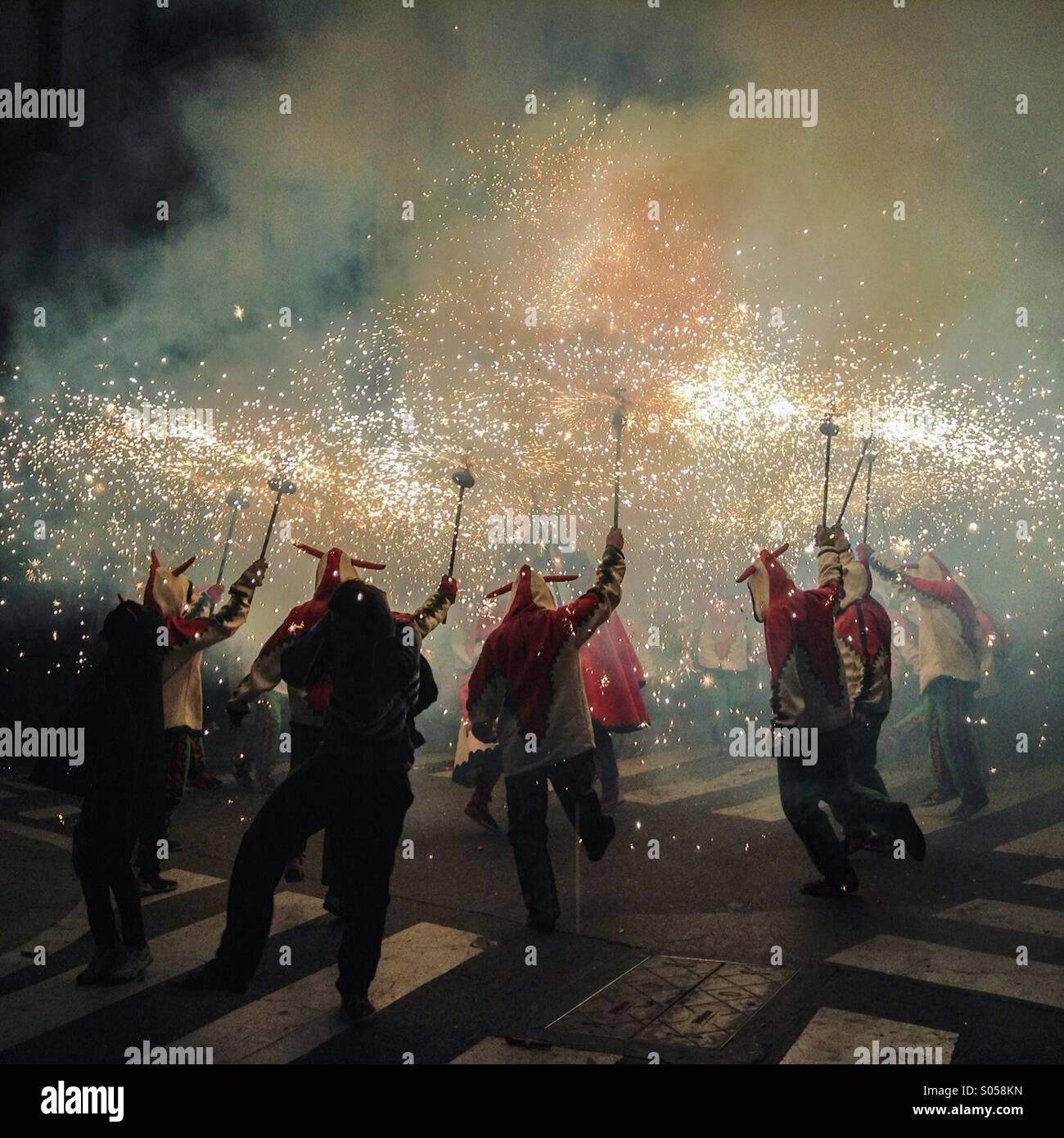 Correfoc, fuochi d'artificio, Les Santes, Mataró festa della città, Luglio, Barcelona, Spagna. Giochi di fuoco in Foto Stock
