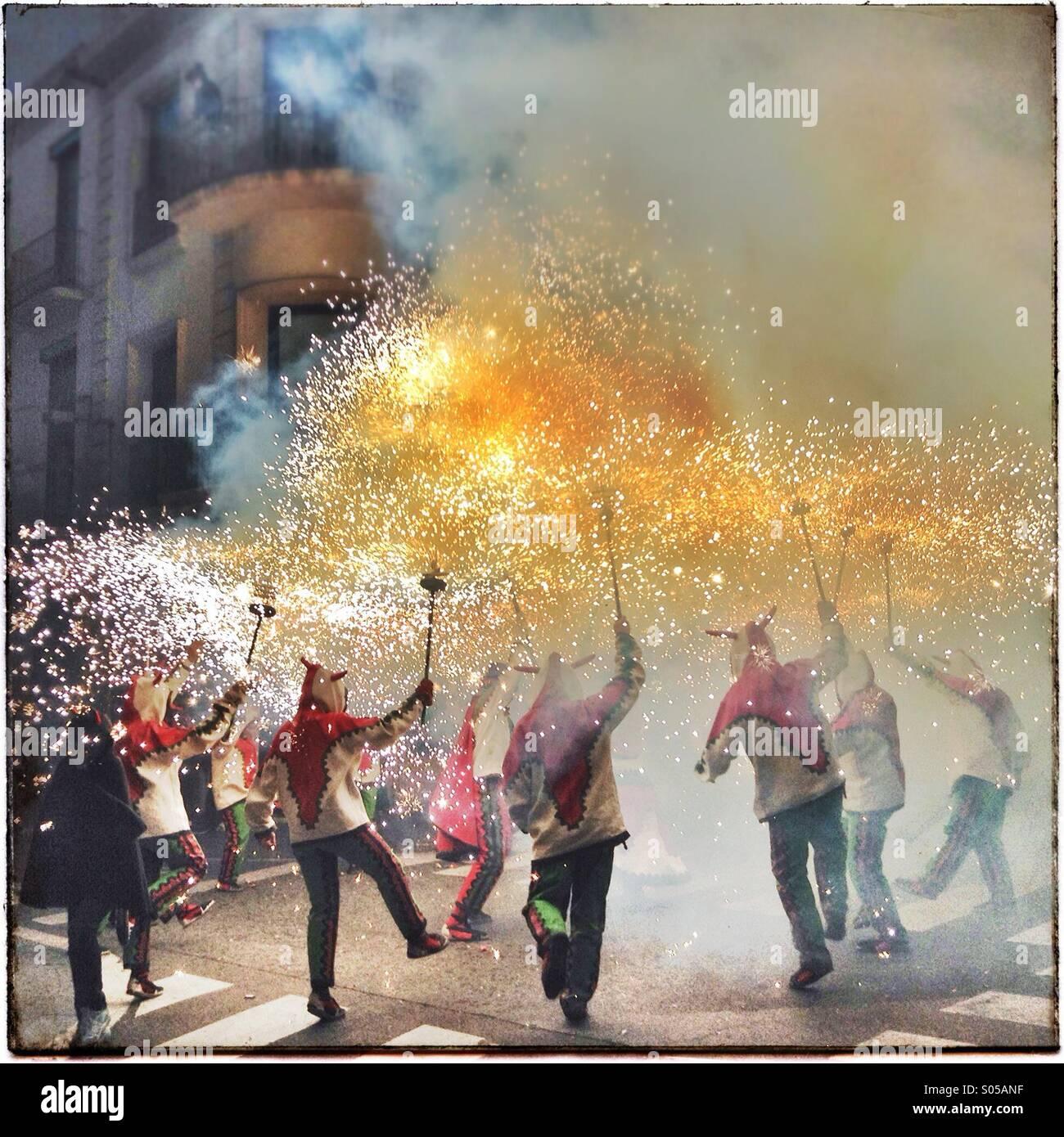 Correfoc, fuochi d'artificio, Les Santes, Mataró festa della città, Luglio, Barcelona, Spagna. Giochi di fuoco in Catalogna Foto Stock