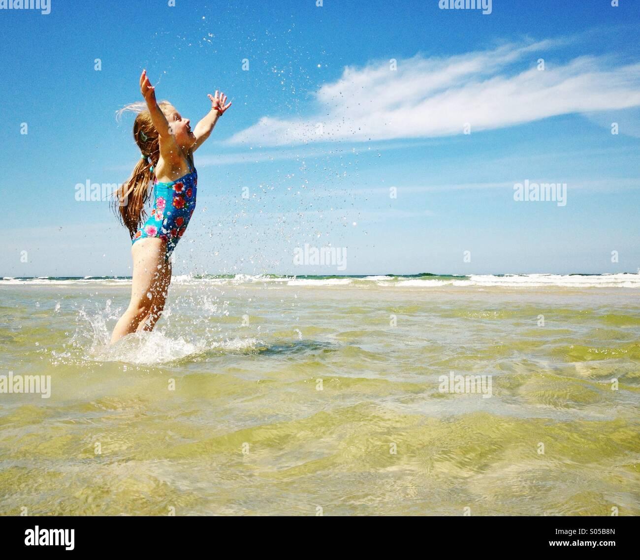Bambino godendo il mare Immagini Stock
