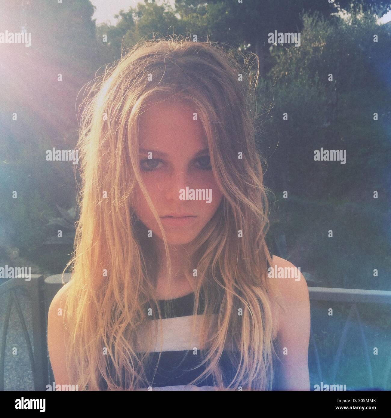 Ritratto di ragazza bionda tredici retroilluminati da sole della sera Immagini Stock