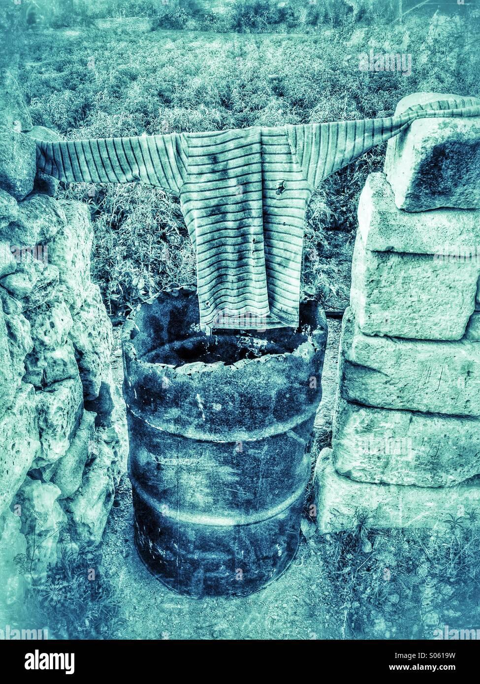 Olio riciclato tamburo e camicia che è usato come un gate in un campo Immagini Stock