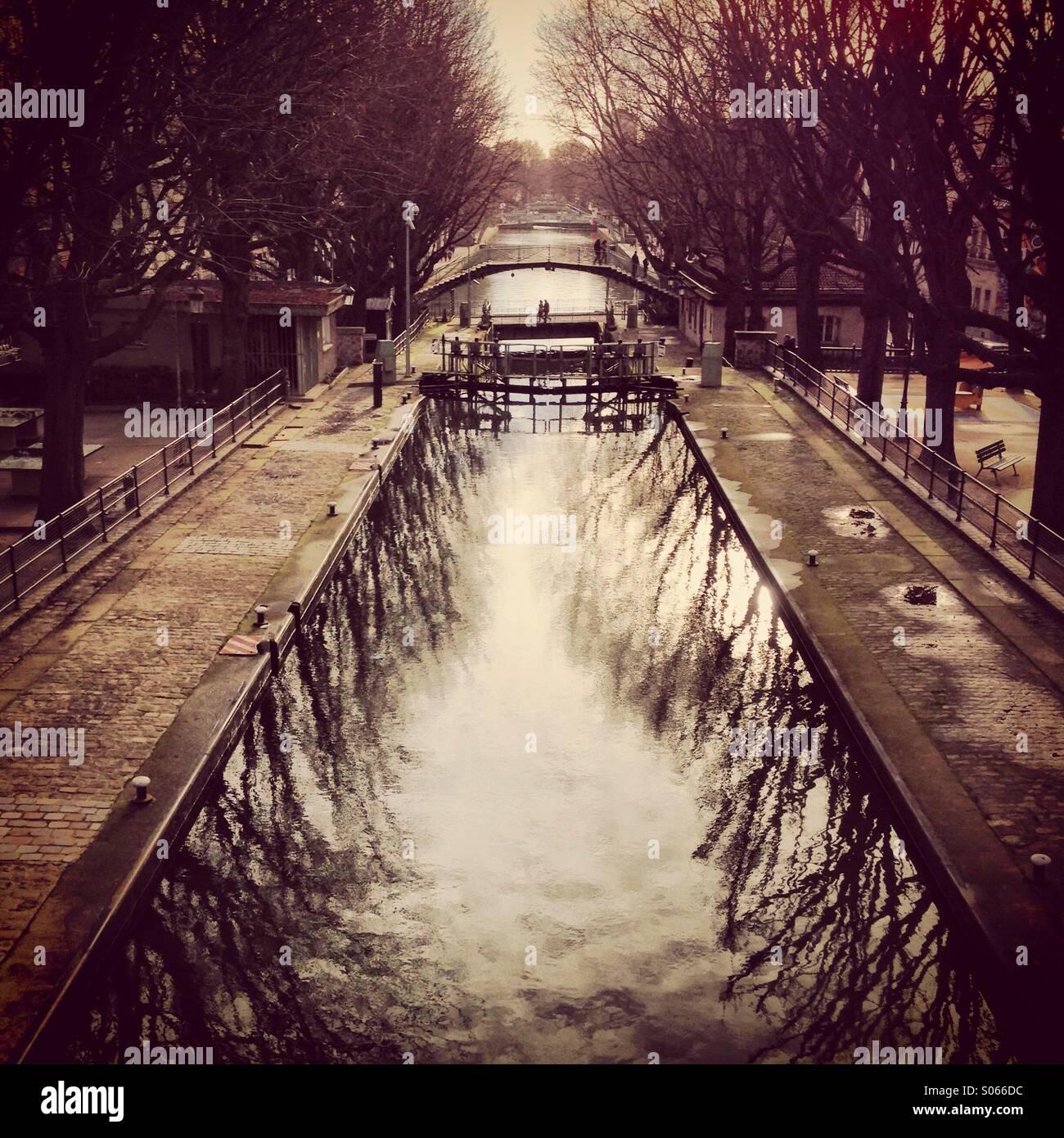 Canal Saint Martin per l'inverno. Malinconic e magica atmosfera di Parigi. Immagini Stock
