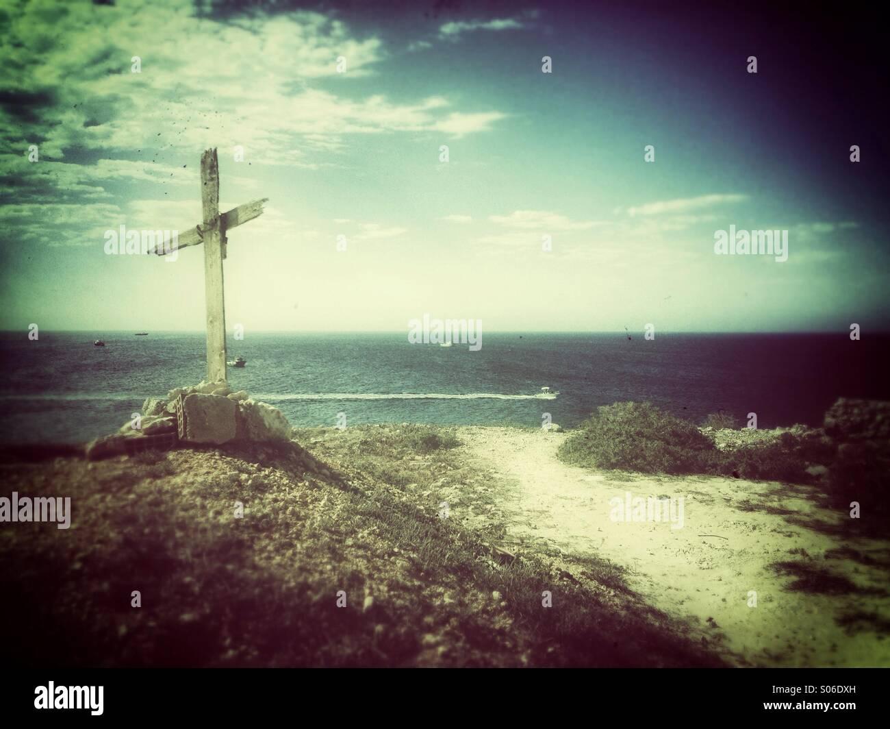 Croce di legno sulla spiaggia Immagini Stock
