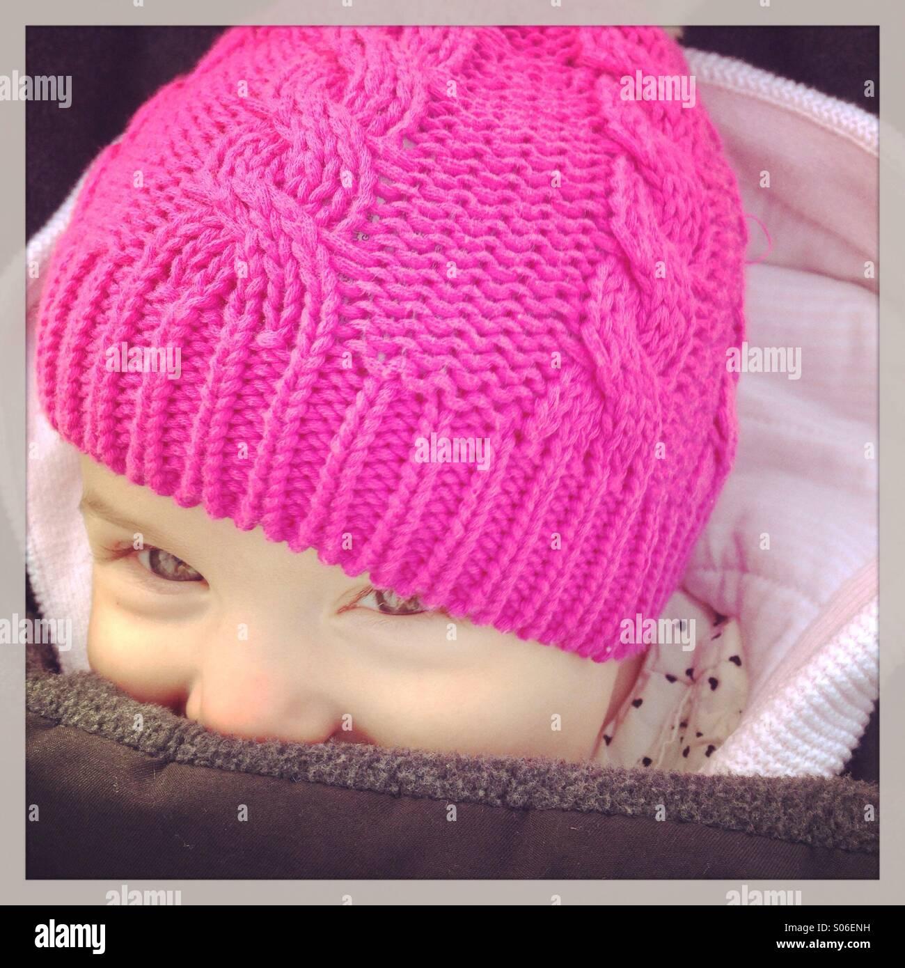 Sorridente bambina in rosa hat in inverno Immagini Stock