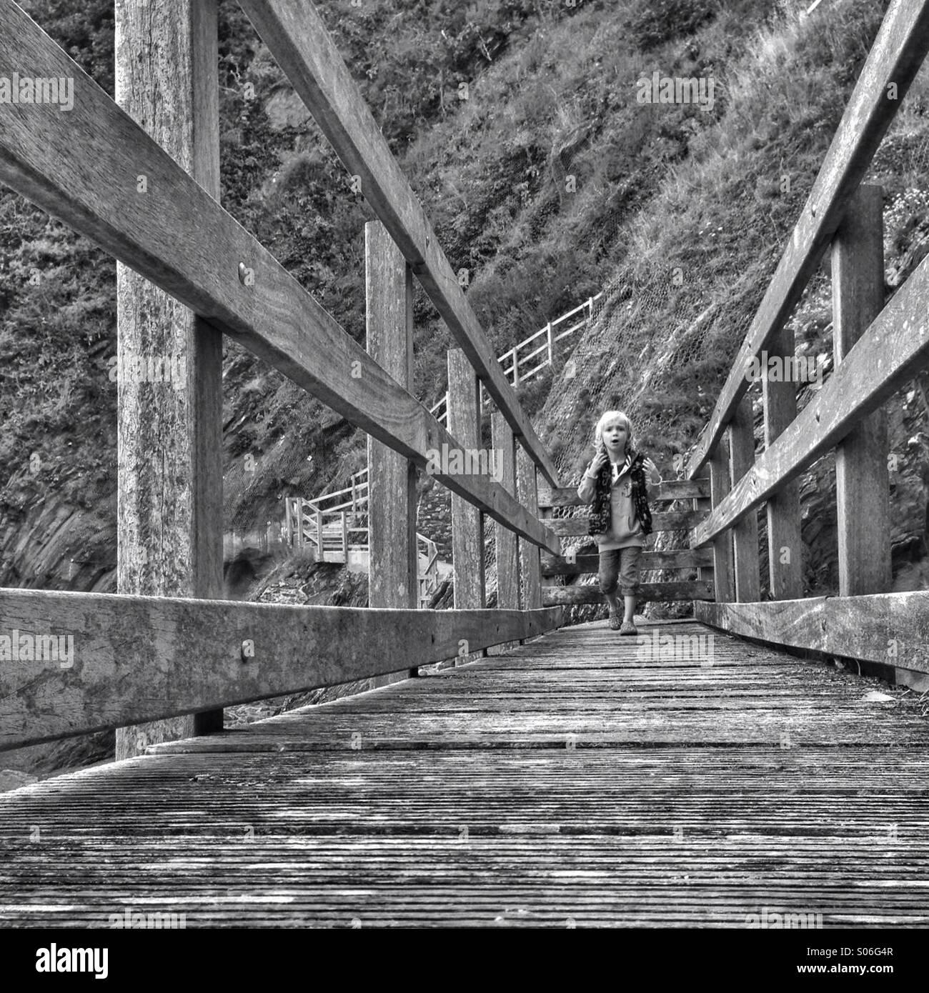 Ragazzo su un ponte Immagini Stock