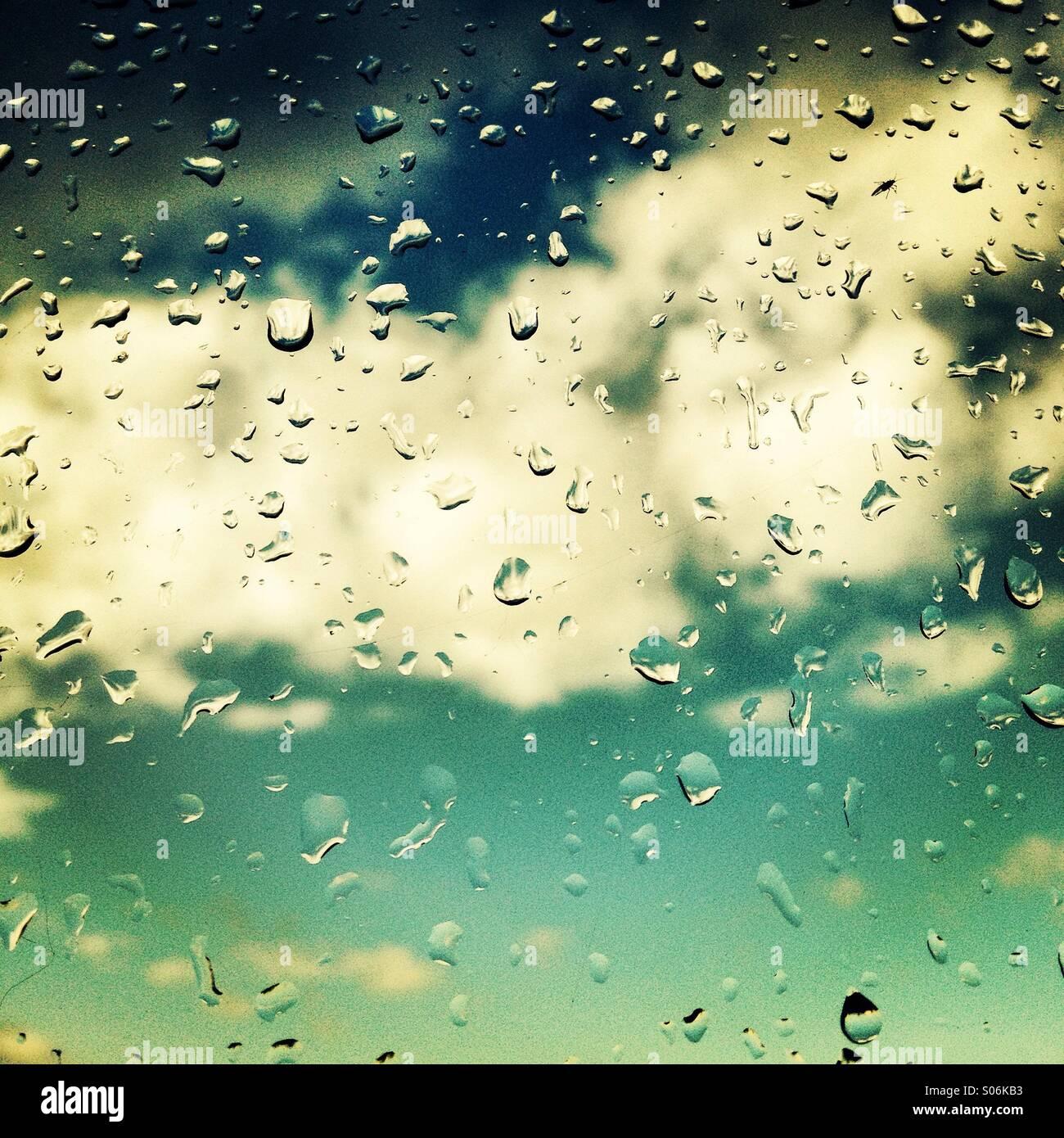 Gocce di pioggia sulla finestra Immagini Stock