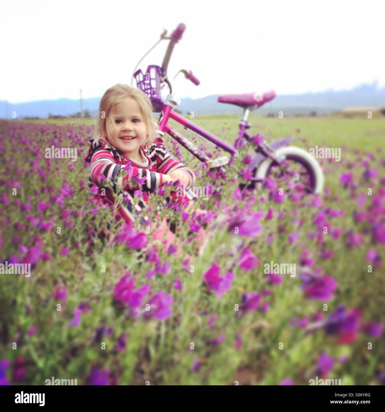 Ragazza giovane nel campo fiorito Immagini Stock