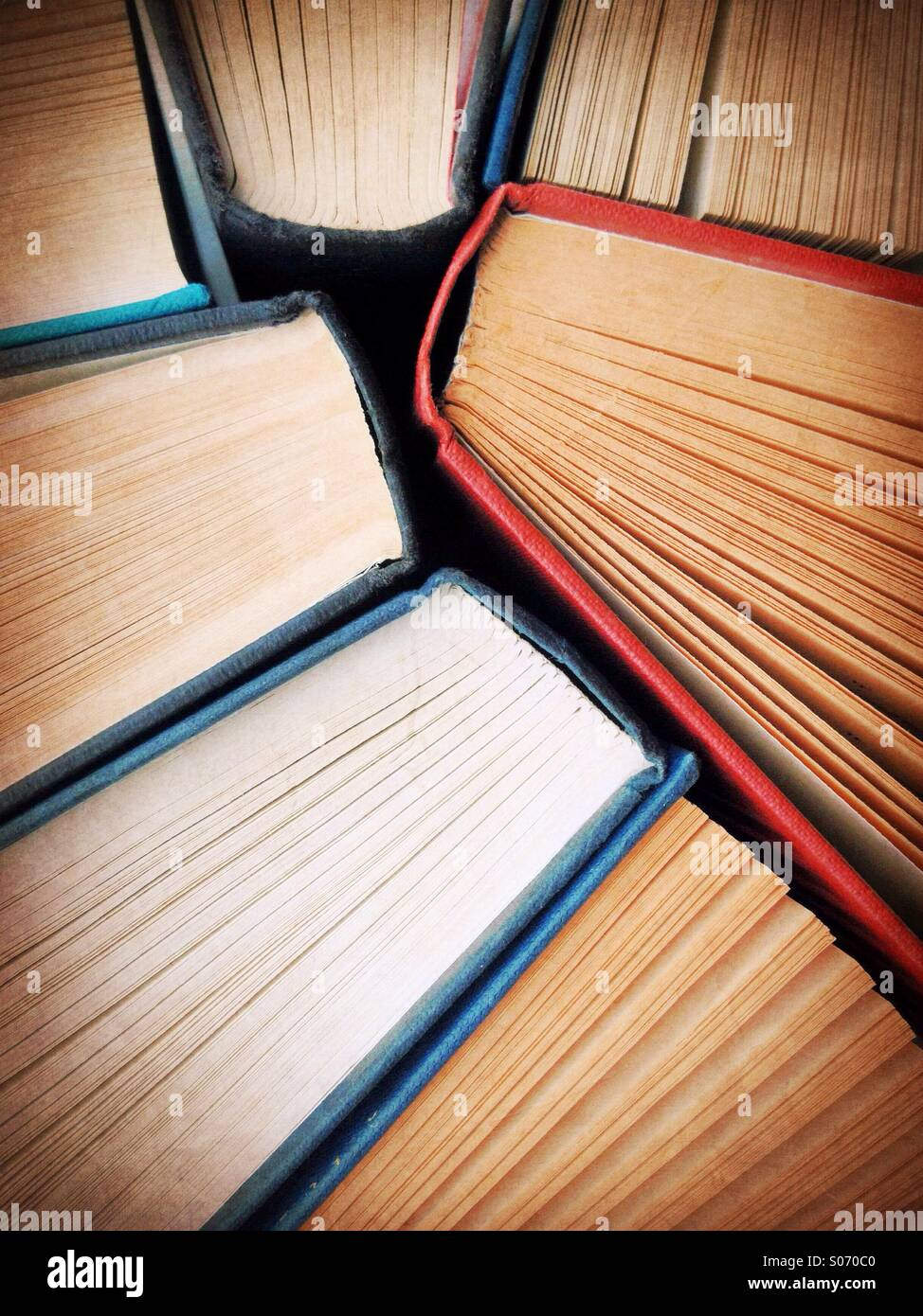 Copertina rigida con vecchi libri da sopra con ampio angolo. Realizzato con una fotocamera dello smartphone Immagini Stock