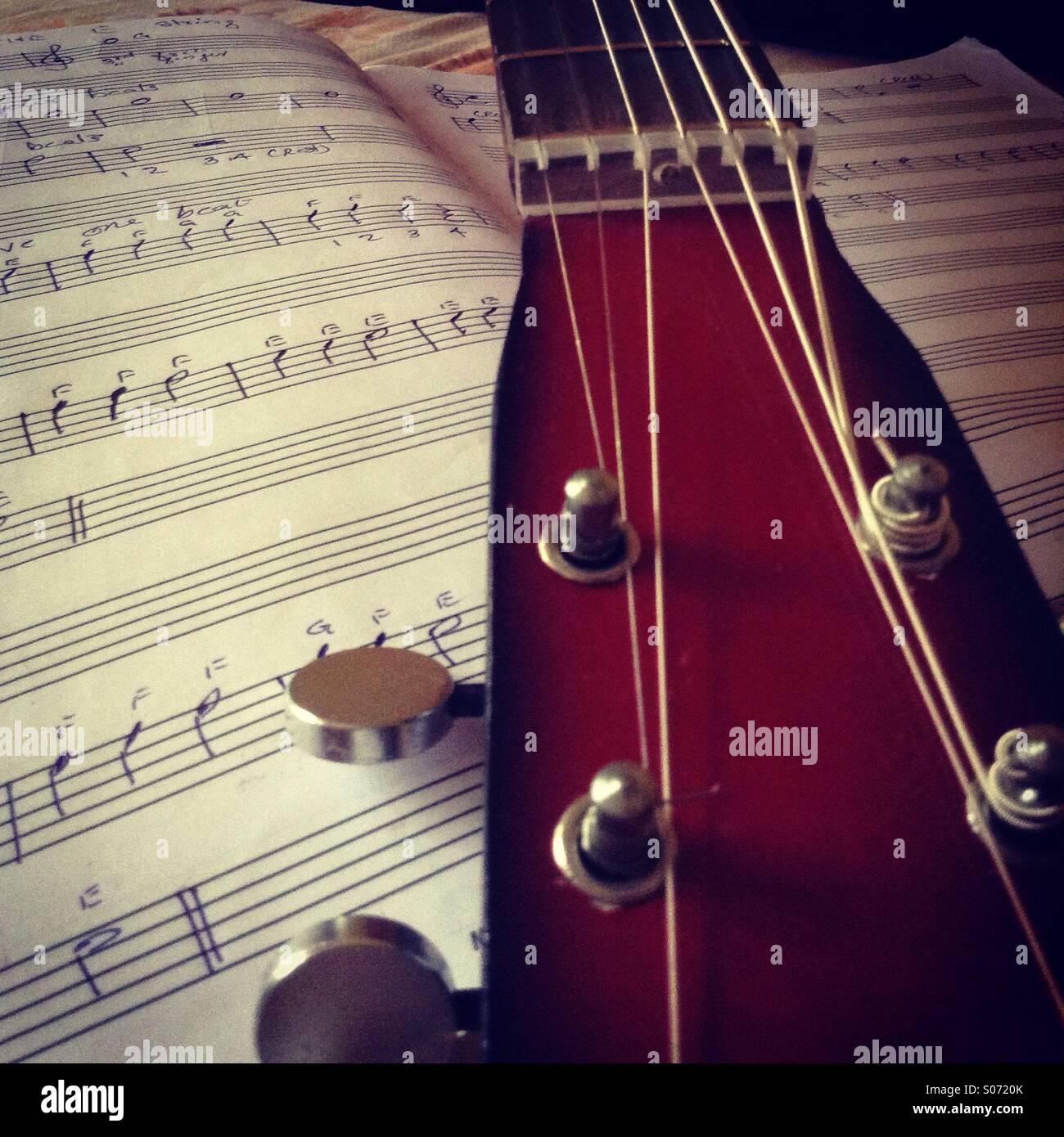 Chitarra con note musicali Foto Stock