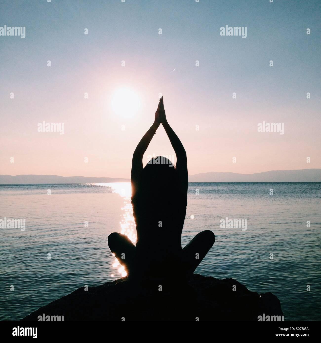 Meditando Immagini Stock