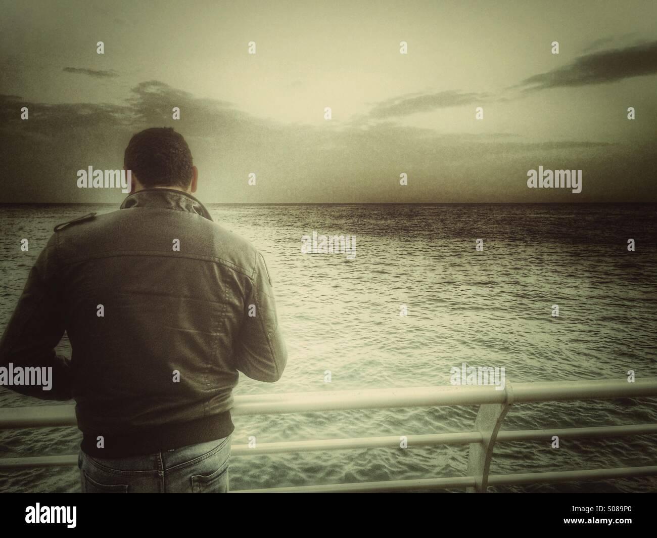 Uomo in riva al mare Immagini Stock