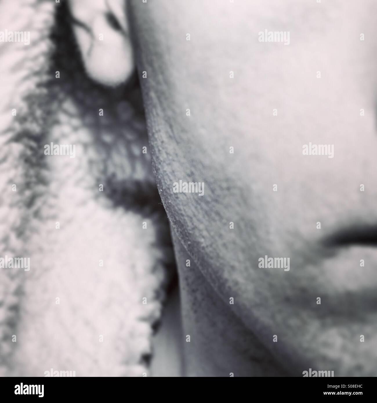 Close up su osso mandibolare del maschio con cappuccio Immagini Stock