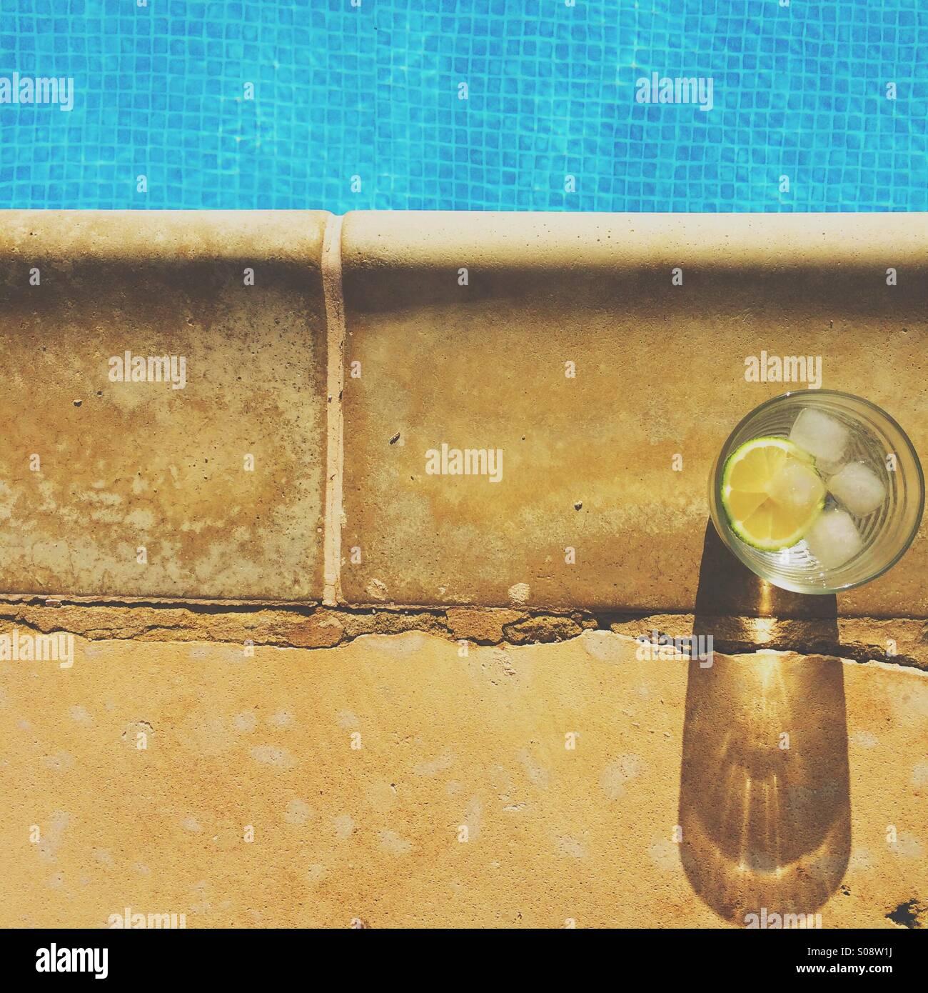 Poolside gin tonic Immagini Stock