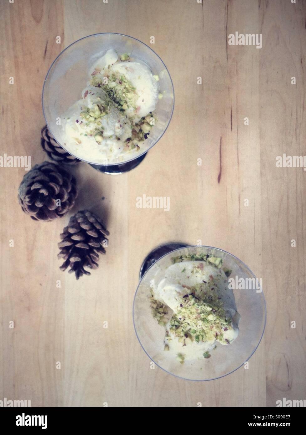 Macadamia gelato con trucioli di pistacchio Foto Stock