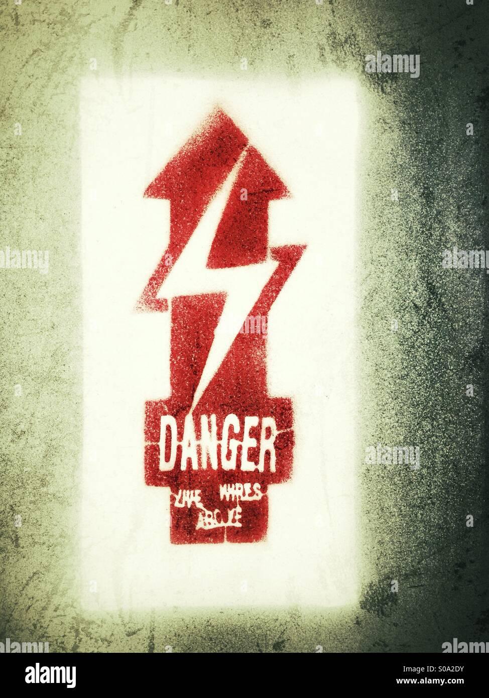 Pericolo, cavi sotto tensione al di sopra Foto Stock