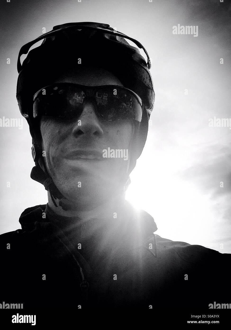 Mountain bike rider selfie grintoso ritratto in bianco e nero. Immagini Stock