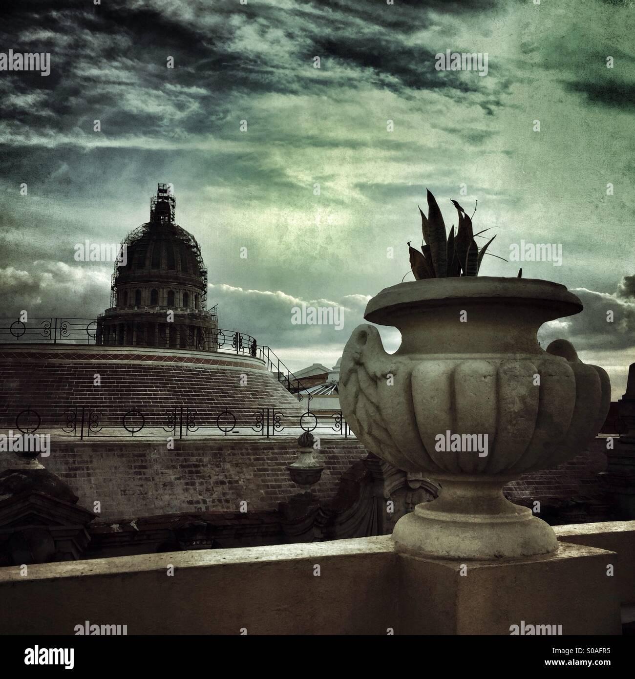 Capitol Building cupola vista dal punto di vista alternativo sul tetto del passato le urne all'Inglaterra Hotel Foto Stock